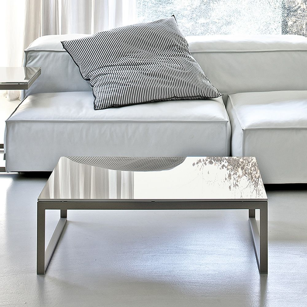 Coffee table with sand colour lacquered structure and glossy dove grey