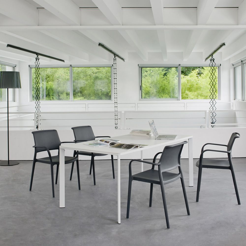 Table in metal with stratified top, matched with Ara 315 chairs