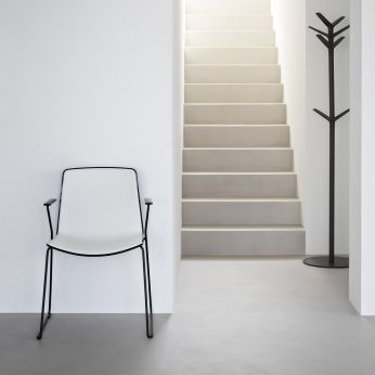 Tweet 890 - Armchair with black steel structure and white - black shell, sledge frame