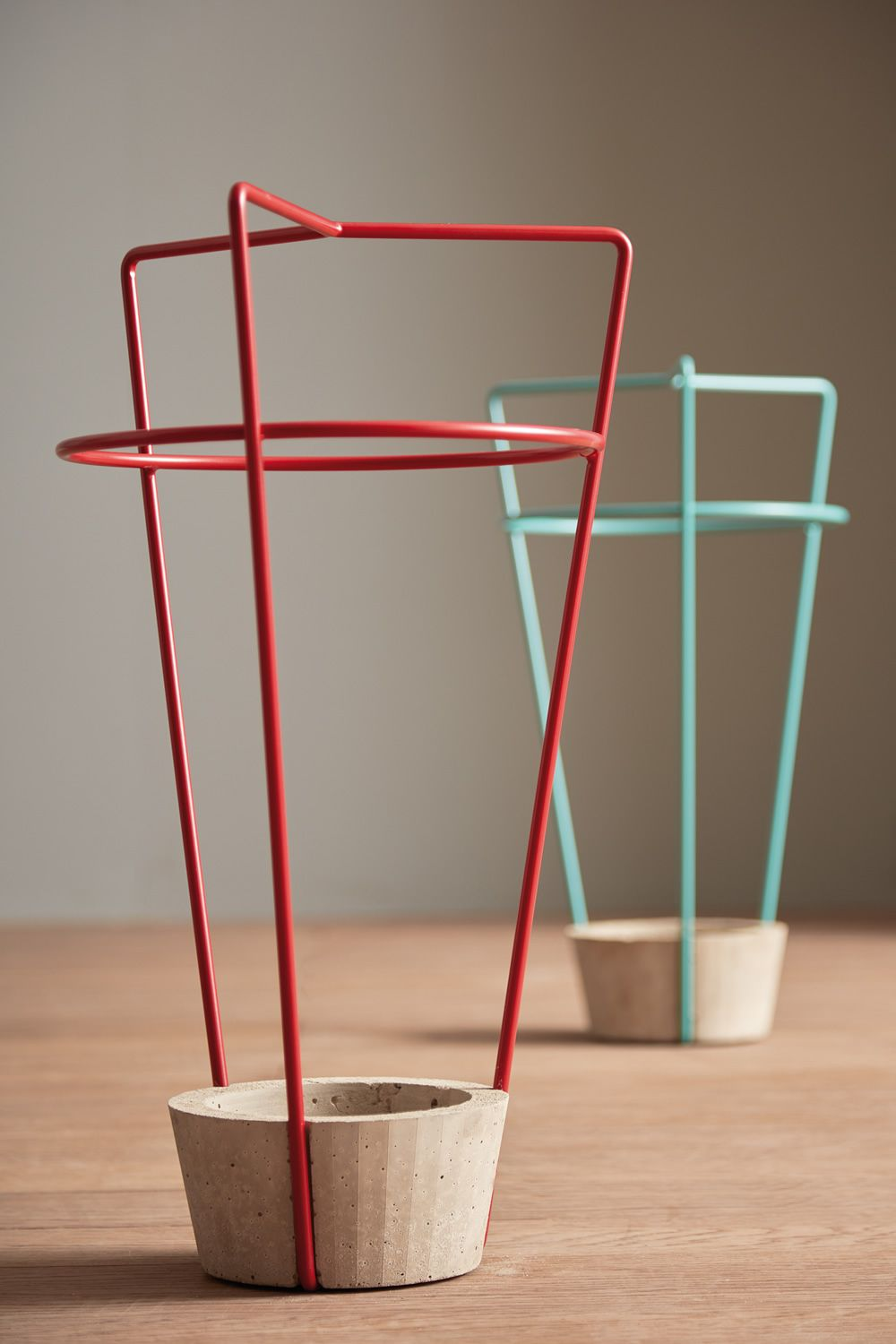 Umbrella stand in varnished metal and concrete
