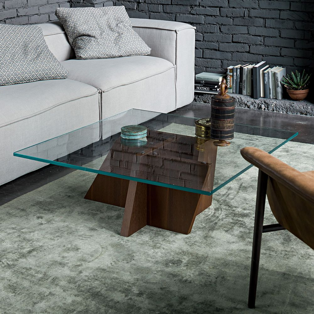 Coffee table made of veneered wood in heat treated oak with transparent glass top