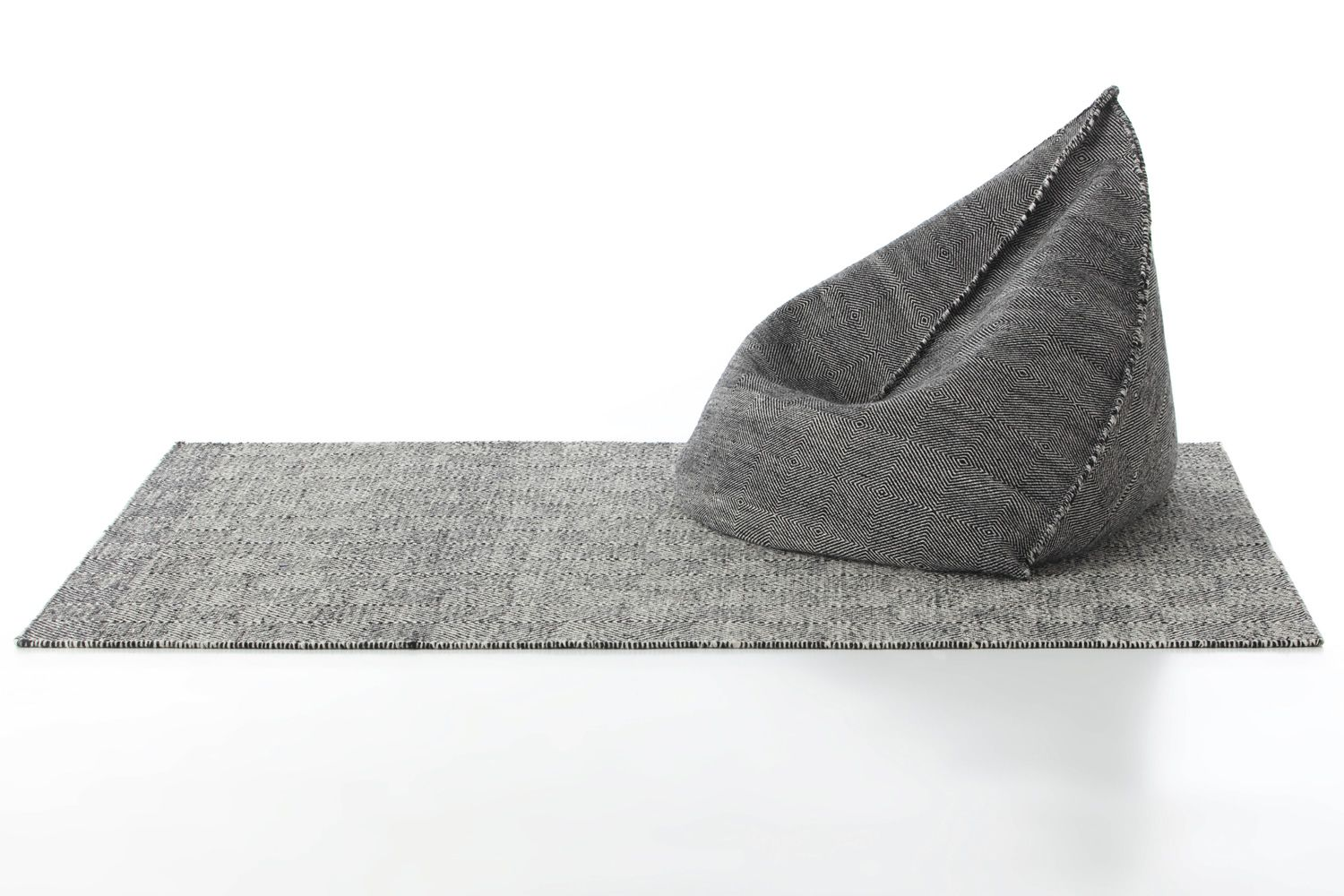 Design rug in wool, matched with Sail P pouf