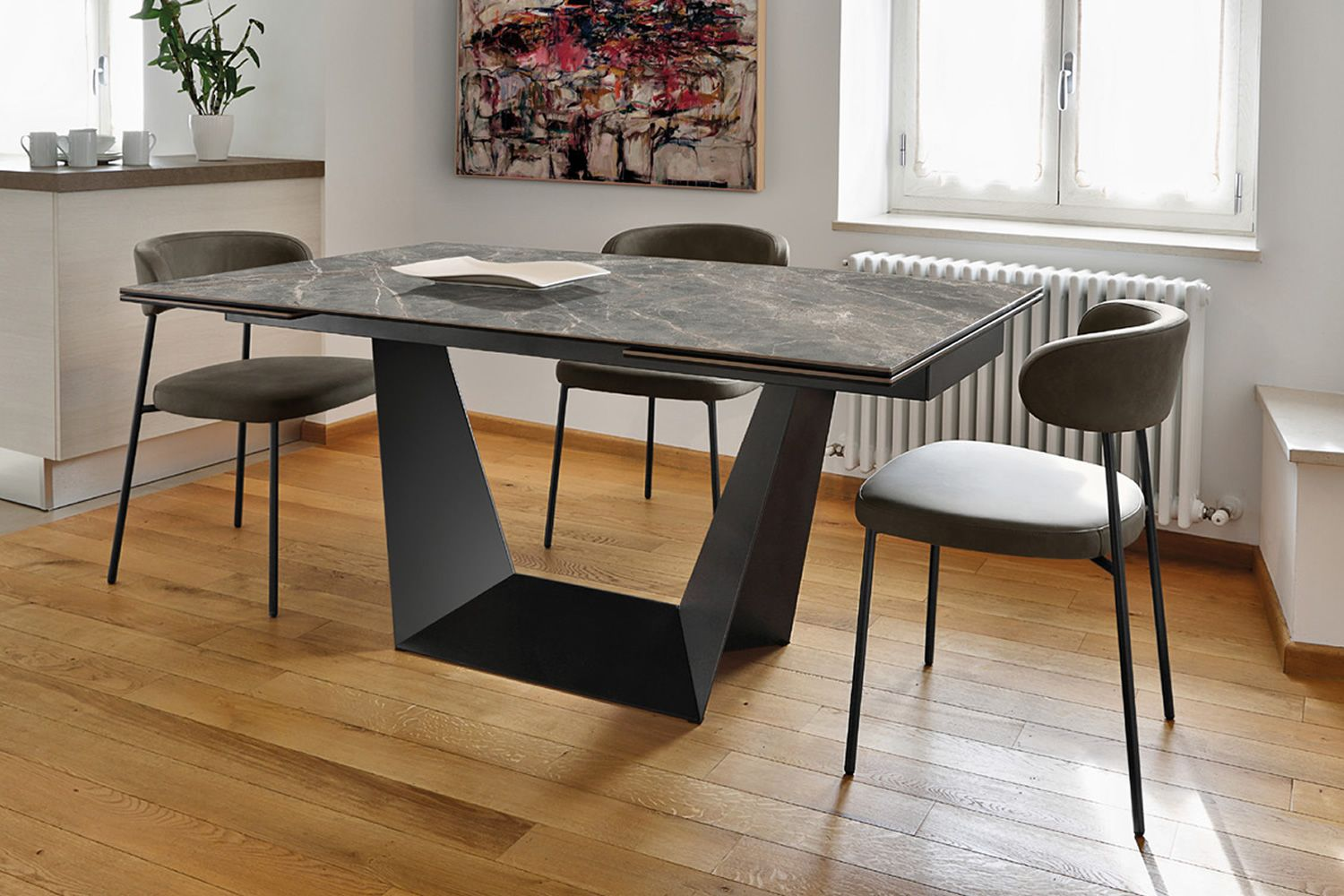 Extendable table made of lacquered metal with ceramic top
