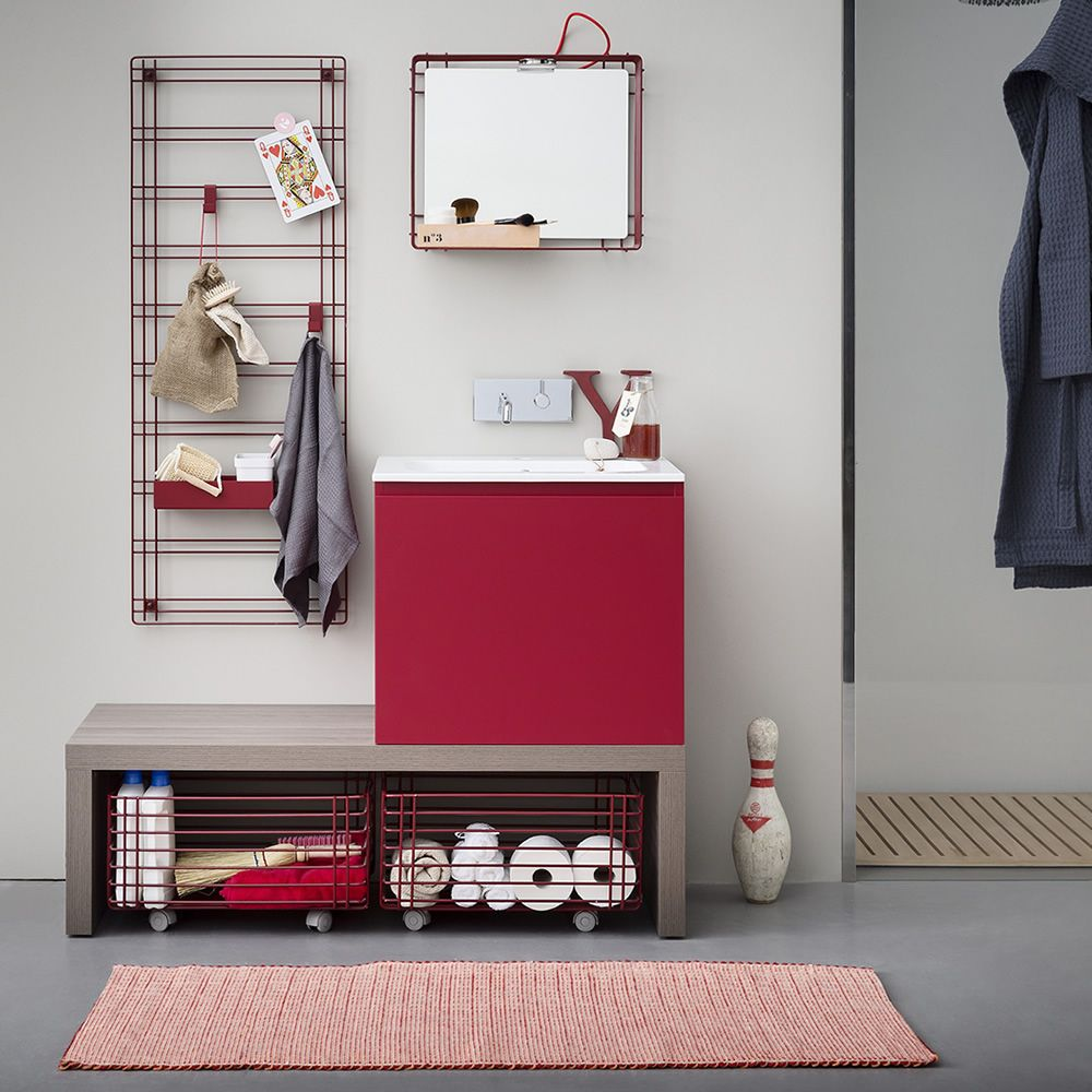 Storage grid in red colour, matching with Acqua e Sapone D bath cabinet, Filo mirror and Sapone C laundry basket