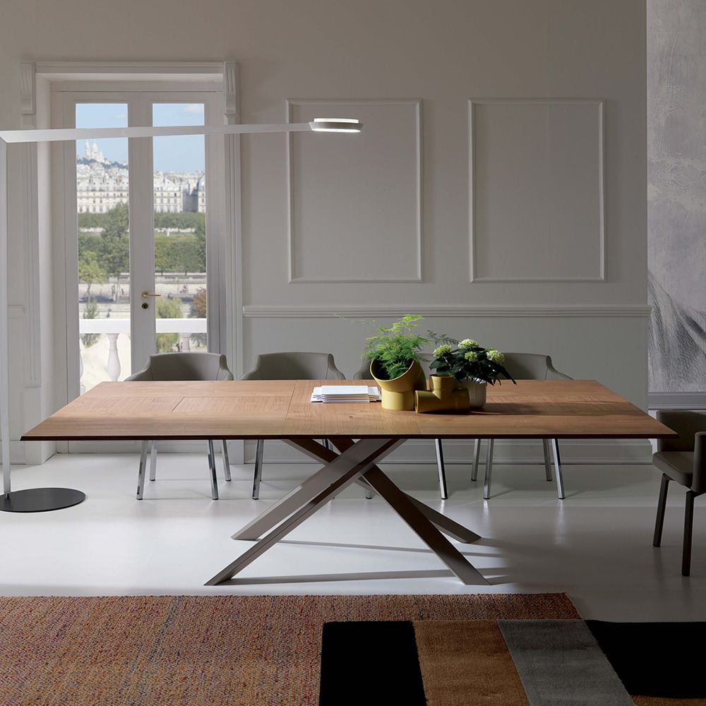 Modern table with opaque dove grey metal structure, top in natural wild oak
