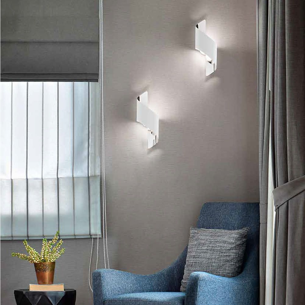 Wall lamp in metal, available in different sizes