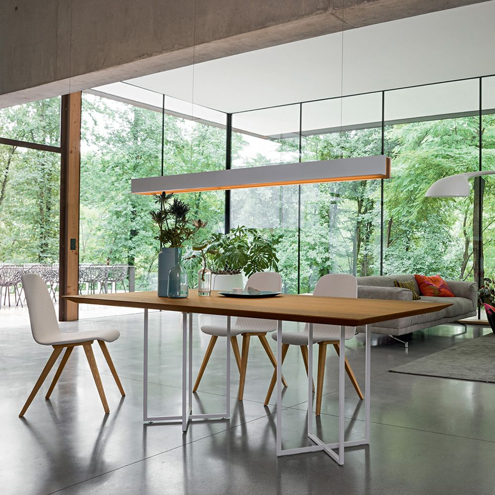 Fixed table made of matt white lacquered metal, top in veneered wood in knotty oak, matched with Debby chairs