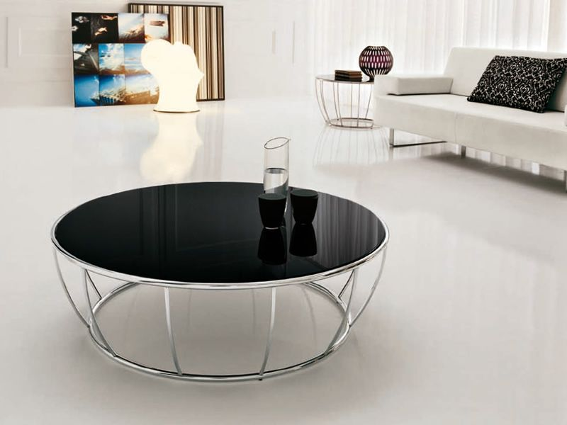 Round coffee table made of chromed metal with black glass top