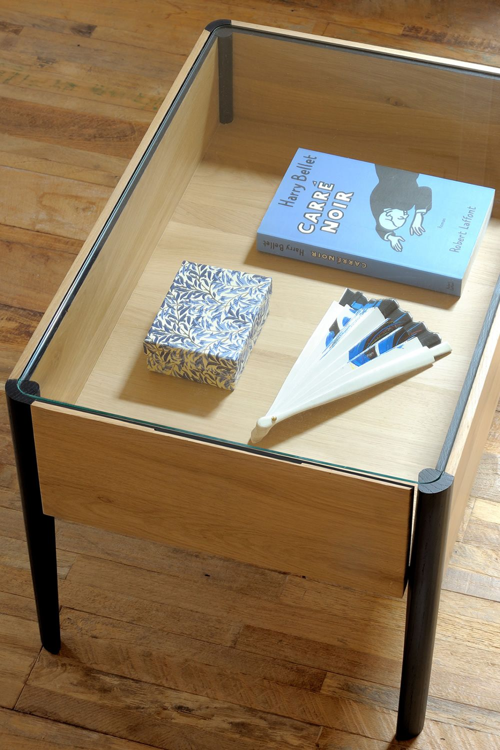 Coffee table made of oak wood with transparent glass top and box inside (size: S)