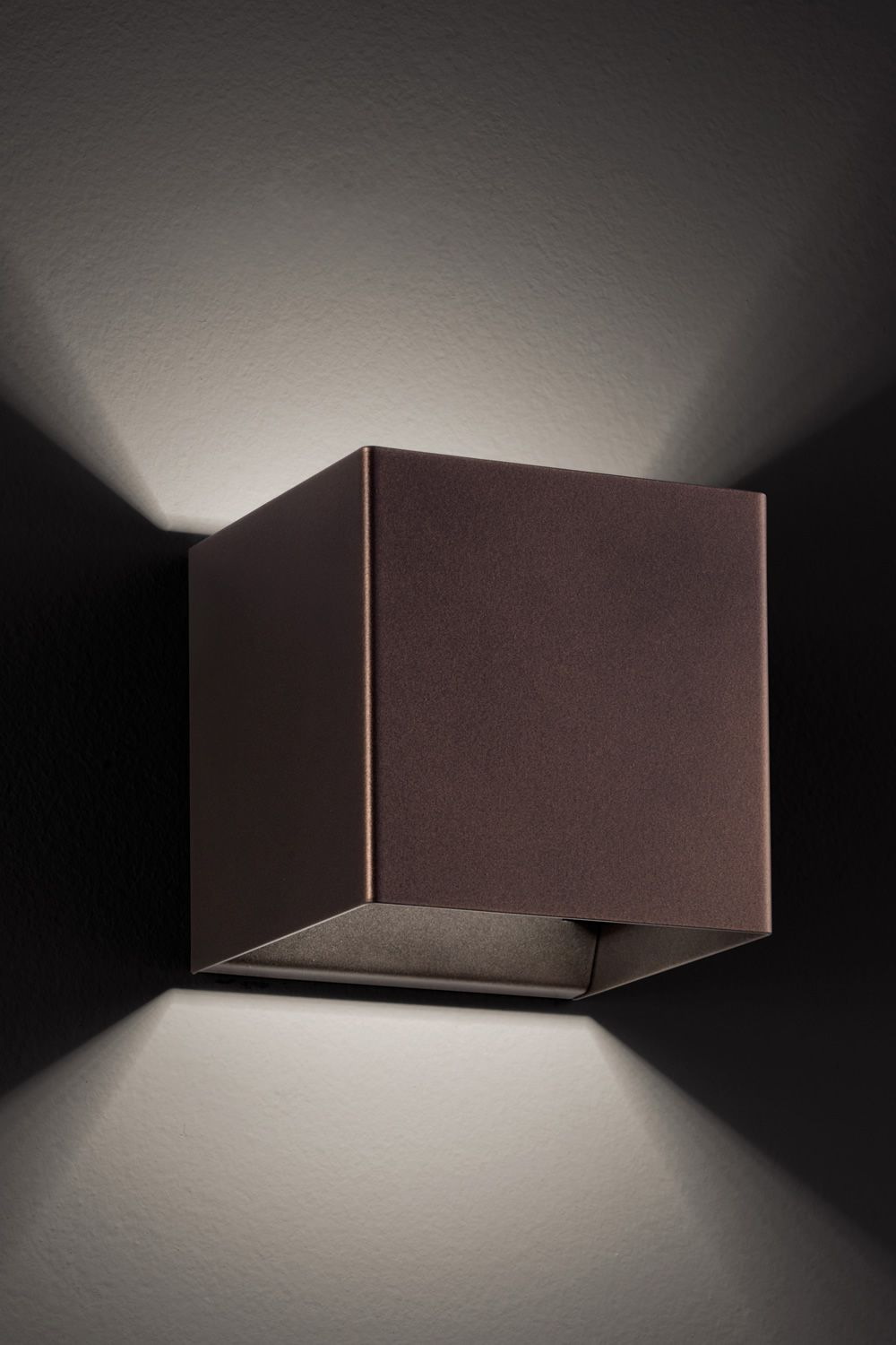 Wall lamp design, in coppery bronze metal (M)