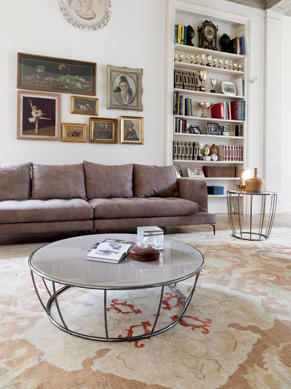 Round coffee table made of chromed metal with glass top, beige extra clear colour
