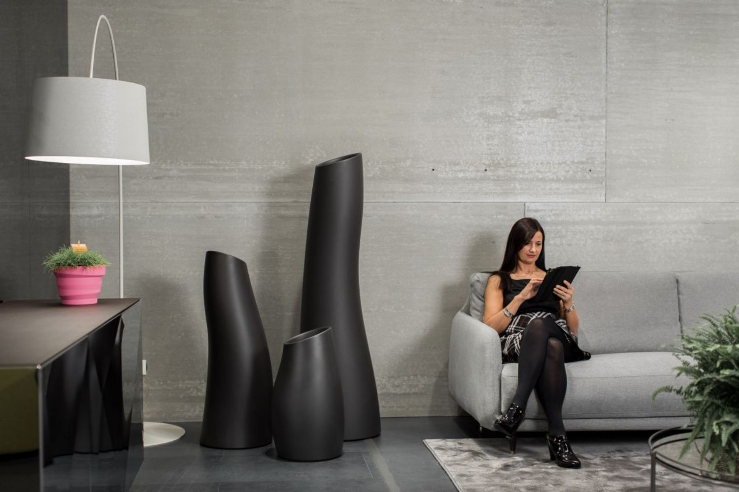 Plust vase in polyethylene, matt black colour