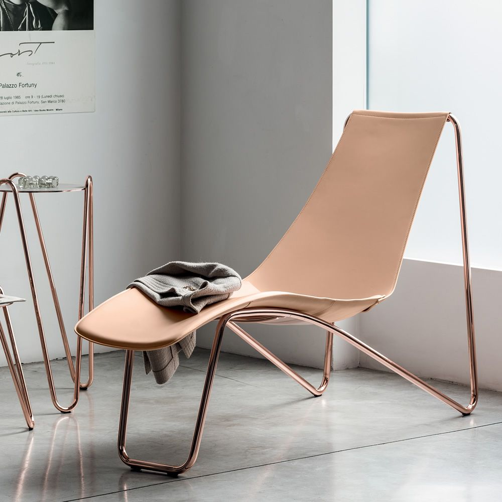 Metal chaise longue, rose gold finish, with leather covering in facepowder pink colour