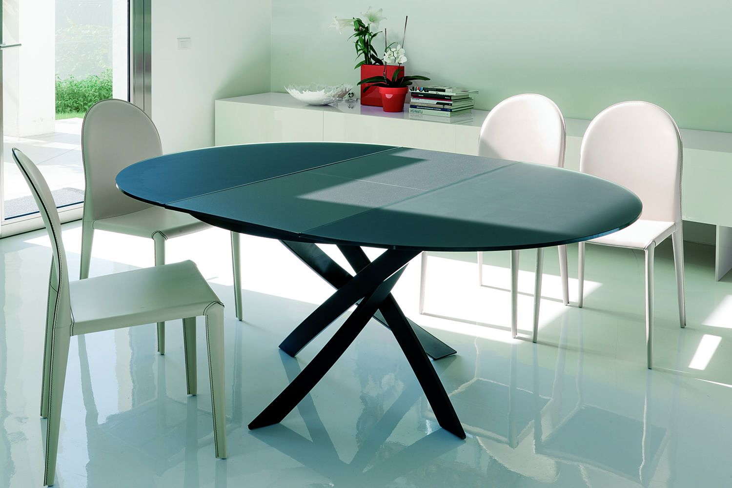 Extendible round table, structure lacquered in anthracite and glass Velvet anthracite