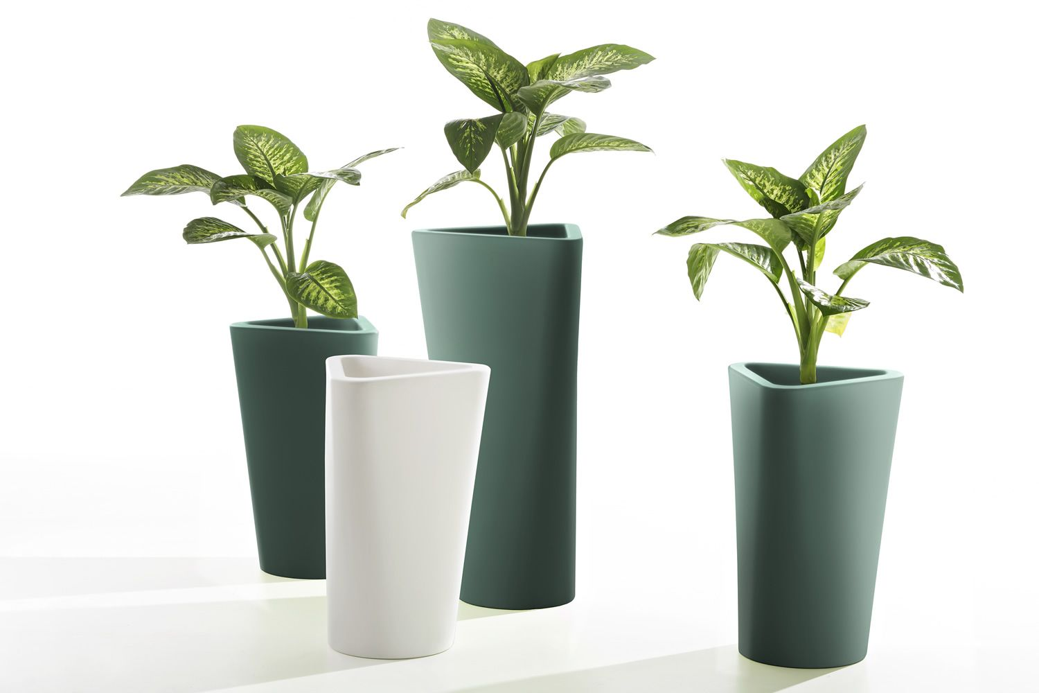 Garden vase in polyethylene, low (71 cm) and tall (101 cm)