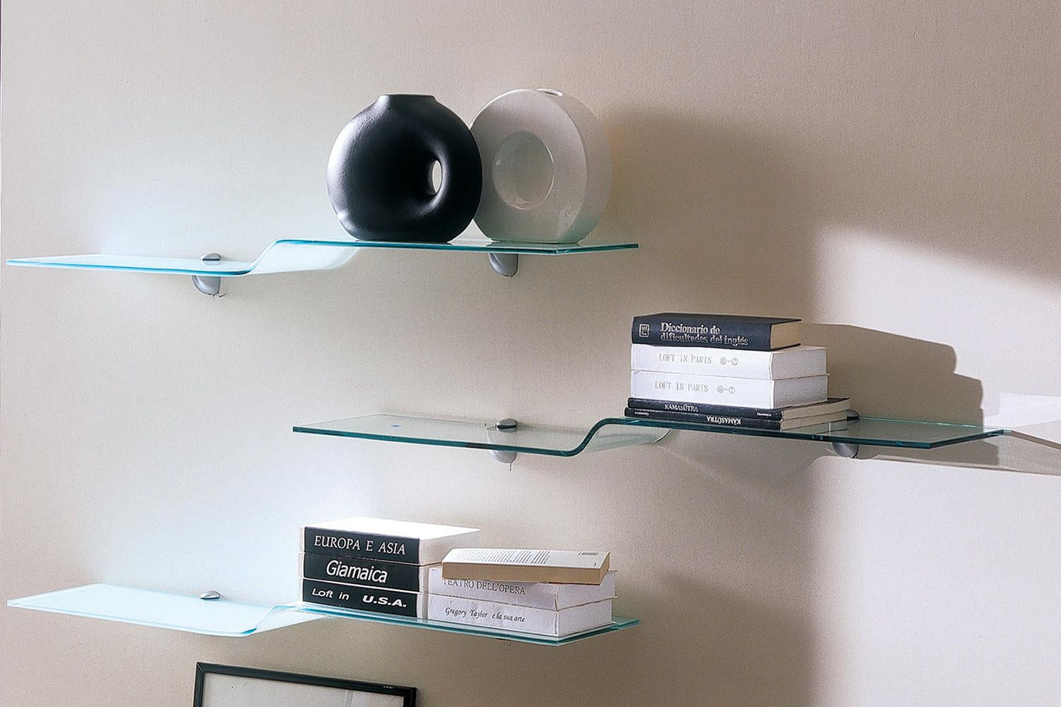 Shelves in frosted glass glossy white (top and bottom) and clear glass (in the middle)